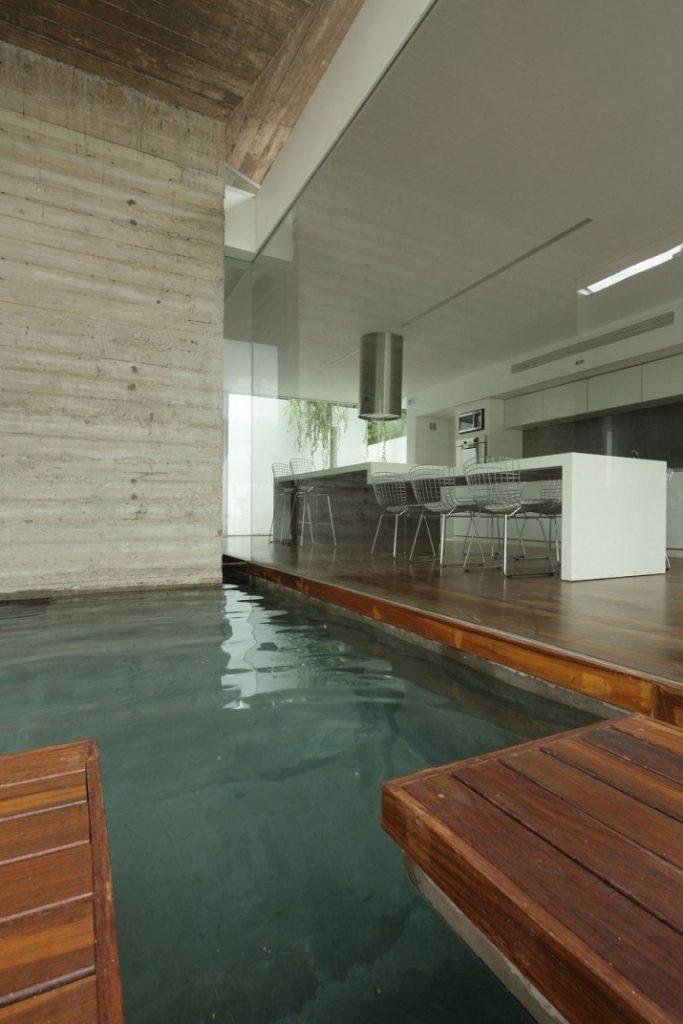 """""""10 Schwimmbäder in wärmeren Punkten, aber Spiel mit der Idee davon, Innen- und Außenraum zu vermischen.""""  10 moderne und luxuriöse Innenschwimmbäder 10 moderne und luxuri  se Innenschwimmb  der 06"""