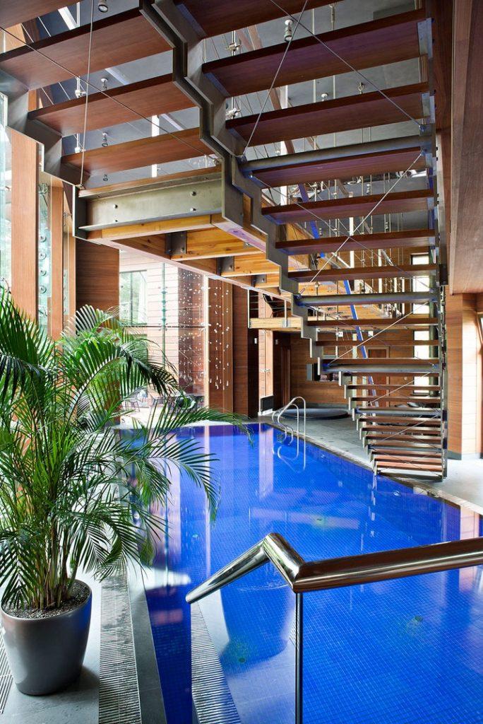 """""""10 Schwimmbäder in wärmeren Punkten, aber Spiel mit der Idee davon, Innen- und Außenraum zu vermischen.""""  10 moderne und luxuriöse Innenschwimmbäder 10 moderne und luxuri  se Innenschwimmb  der 07"""