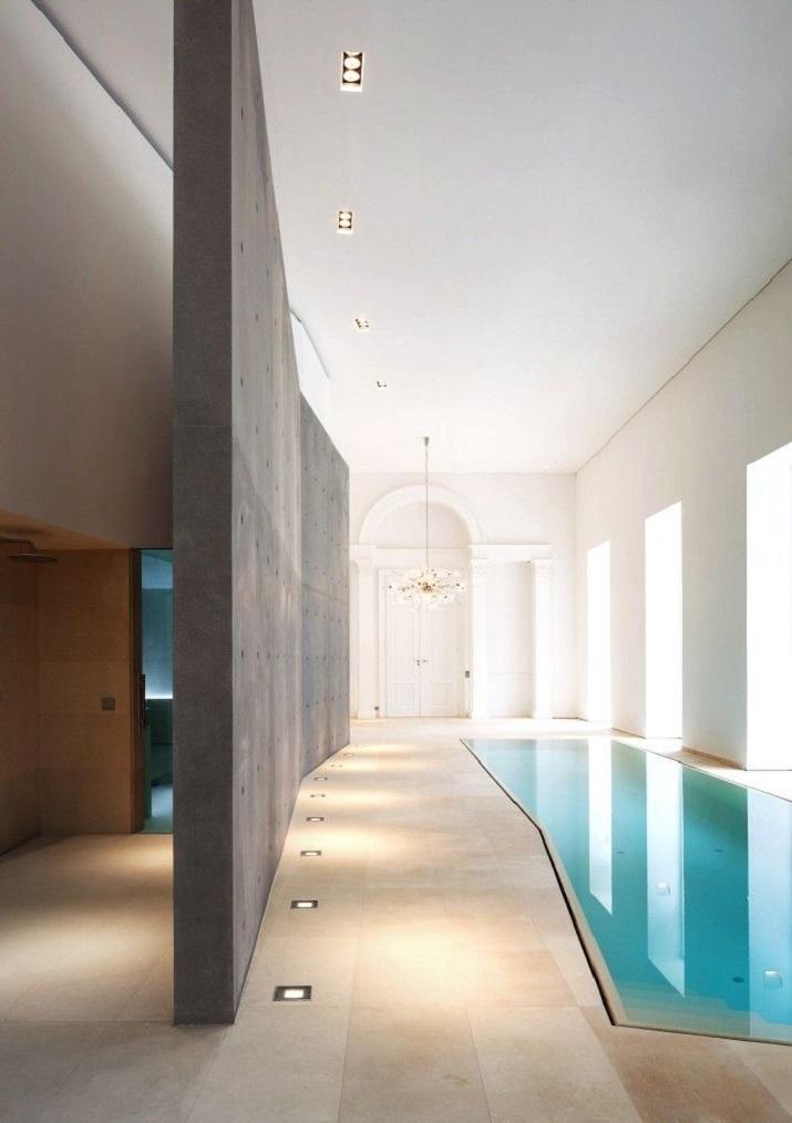 """""""10 Schwimmbäder in wärmeren Punkten, aber Spiel mit der Idee davon, Innen- und Außenraum zu vermischen.""""  10 moderne und luxuriöse Innenschwimmbäder 10 moderne und luxuri  se Innenschwimmb  der 08"""