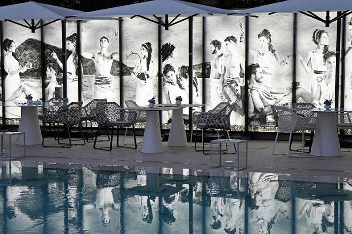 """""""Das Luxushotel Métropole in Monte Carlo im zeitgenössischen Gewand: Karl Lagerfeld designt den Poolbereich und ein neues Restaurant im Zeichen der Odyssee.""""  Karl Lagerfeld designt Luxushotel Métropole in Monte Carlo Karl Lagerfeld designt Luxushotel M  tropole in Monte Carlo 08"""
