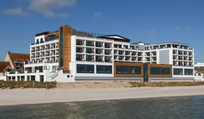 """""""Es war sicher keine leichte Übung, für dieses Hotel direkt am Strand ein architektonisch und touristisch perfektes Konzept zu schneidern.""""  Bayside Hotel: Das neue Designhotel an der Ostsee Bayside Hotel Das neue Designhotel an der Ostsee slide 08"""