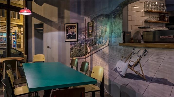 """""""Maxie Eisen, ein Chicagoer Gangster mit deutsch-jüdischen Wurzeln und guten Verbindungen zum berüchtigten Al Capone, am Frankfurter Bahnhofsviertel.""""  Maxie Eisen: Ein Vintage Restaurant/Bar in Frankfurt Maxie Eisen Ein Vintage Restaurant Bar in Frankfurt 02"""