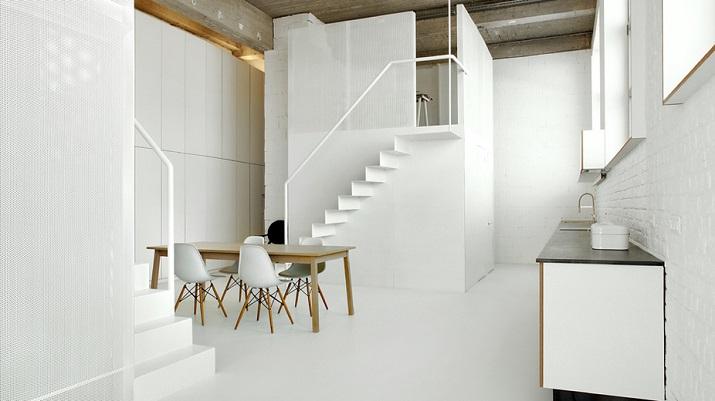 """""""Adn Architects aus Brüssel wissen, wie man Raum & Räume schafft. Zwei metallene Kuben haben sie in einen sehr hohen Raum mit offengelegter Betondecke geschoben.""""  Moderne Wohnung aus Beton bei Adn Architects Moderne Wohnung aus Beton bei Adn Architects 01"""