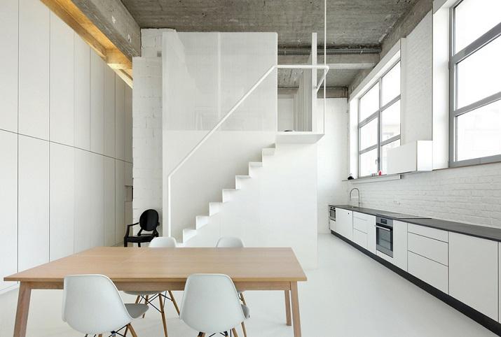 """""""Adn Architects aus Brüssel wissen, wie man Raum & Räume schafft. Zwei metallene Kuben haben sie in einen sehr hohen Raum mit offengelegter Betondecke geschoben.""""  Moderne Wohnung aus Beton bei Adn Architects Moderne Wohnung aus Beton bei Adn Architects 03"""