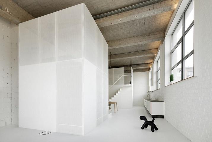 """""""Adn Architects aus Brüssel wissen, wie man Raum & Räume schafft. Zwei metallene Kuben haben sie in einen sehr hohen Raum mit offengelegter Betondecke geschoben.""""  Moderne Wohnung aus Beton bei Adn Architects Moderne Wohnung aus Beton bei Adn Architects 04"""