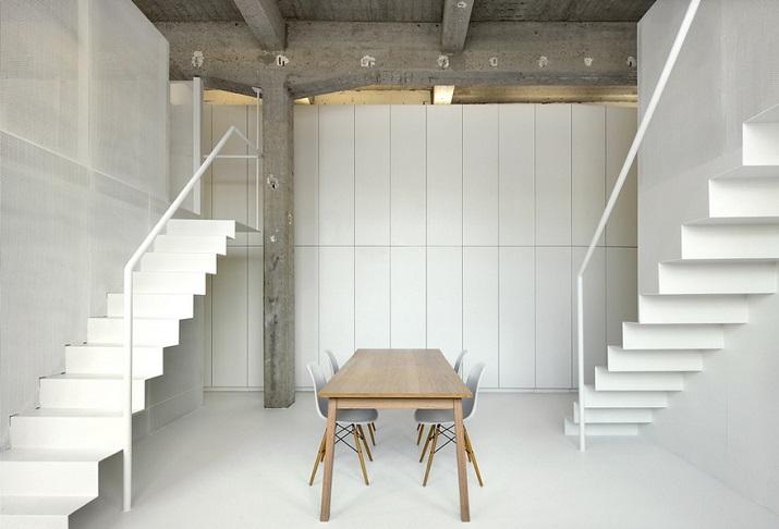 """""""Adn Architects aus Brüssel wissen, wie man Raum & Räume schafft. Zwei metallene Kuben haben sie in einen sehr hohen Raum mit offengelegter Betondecke geschoben.""""  Moderne Wohnung aus Beton bei Adn Architects Moderne Wohnung aus Beton bei Adn Architects 06"""