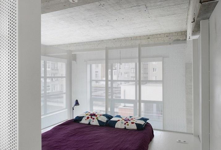 """""""Adn Architects aus Brüssel wissen, wie man Raum & Räume schafft. Zwei metallene Kuben haben sie in einen sehr hohen Raum mit offengelegter Betondecke geschoben.""""  Moderne Wohnung aus Beton bei Adn Architects Moderne Wohnung aus Beton bei Adn Architects 07"""