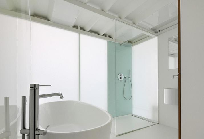 """""""Adn Architects aus Brüssel wissen, wie man Raum & Räume schafft. Zwei metallene Kuben haben sie in einen sehr hohen Raum mit offengelegter Betondecke geschoben.""""  Moderne Wohnung aus Beton bei Adn Architects Moderne Wohnung aus Beton bei Adn Architects 08"""