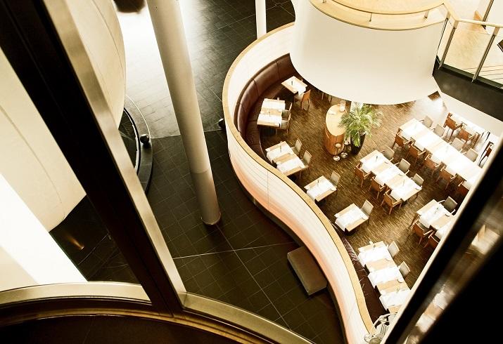 """""""Das Lesage in Dresden ist das wohl außergewöhnlichste Restaurant in Sachsens Landeshauptstadt. Es befindet sich in der Gläsernen Manufaktur von Volkswagen und konnte einige Auszeichnungen erringen.""""  Restaurant Lesage in Dresden – Speisen im gläsernen Haus Restaurant Lesage in Dresden Speisen im gl  sernen Haus 02"""