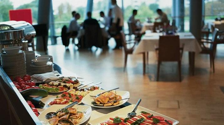 """""""Das Lesage in Dresden ist das wohl außergewöhnlichste Restaurant in Sachsens Landeshauptstadt. Es befindet sich in der Gläsernen Manufaktur von Volkswagen und konnte einige Auszeichnungen erringen.""""  Restaurant Lesage in Dresden – Speisen im gläsernen Haus Restaurant Lesage in Dresden Speisen im gl  sernen Haus 05"""