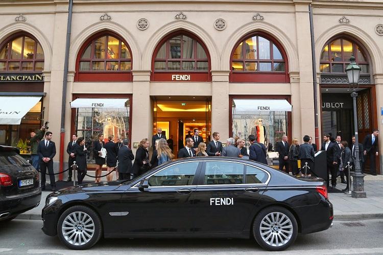 """""""Fendi feiert Deutschlandpremiere: Das römische Luxuslabel hat seinen ersten eigenen Store in München eröffnet.""""  FENDI eröffnet ersten Flagship-Store in Deutschland, München FENDI er  ffnet ersten Flagship Store in Deutschland M  nchen 01"""