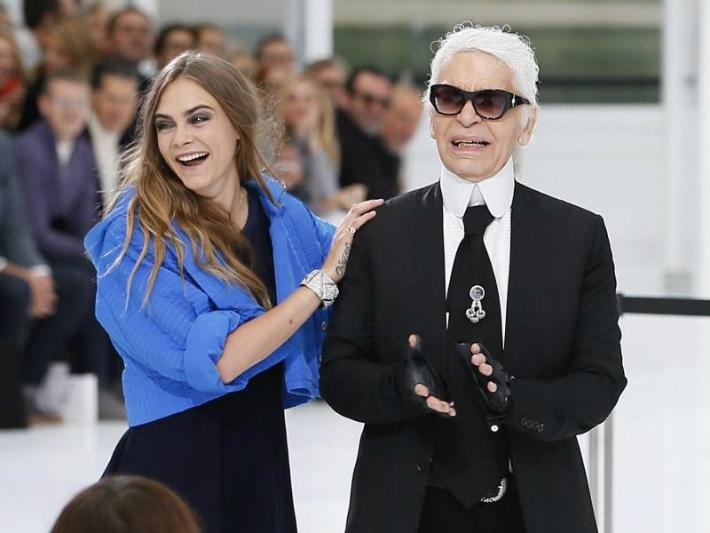 Eine Frau ist immer unterwegs  Eine Frau ist immer unterwegs chanel paris fashion week
