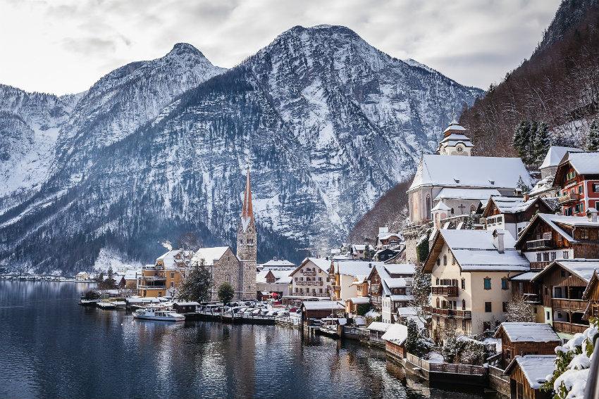 austria-hallstatt-postcard-snow-winter Winterflucht Ideen für die perfekte Winterflucht Austria Hallstatt Postcard Snow Winter