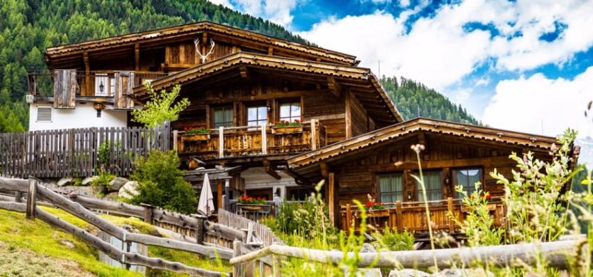 TOP 15 atemberaubende Plätze für Sommerurlaub in der Natur  Chalets TOP 15 atemberaubende Chalets für Sommerurlaub in der Natur Gr  nwald Resort im Chalet direkt an der Skipiste