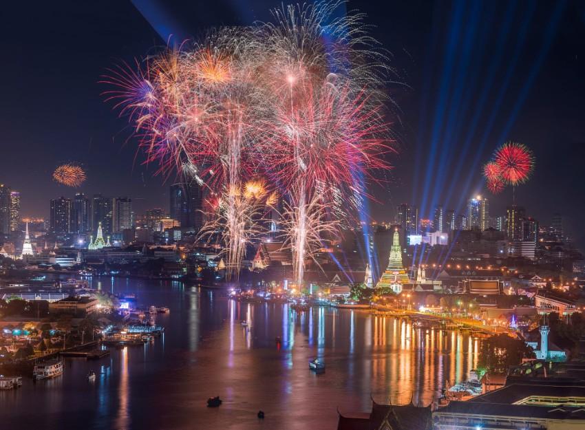 Exotische Luxus Plätze  frohes Neues Jahr Exotische Luxus Plätze für ein frohes Neues Jahr Wat Arun on New Years Day Bangkok Thailand