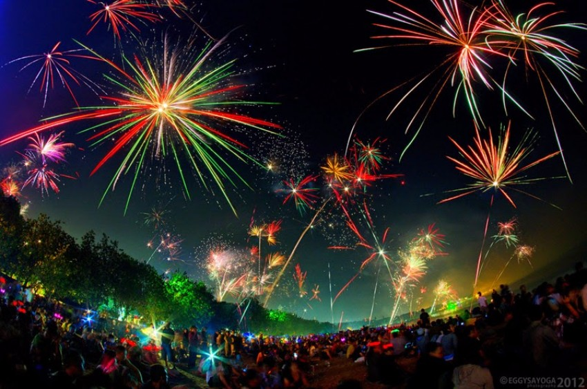 Exotische Luxus Plätze  frohes Neues Jahr Exotische Luxus Plätze für ein frohes Neues Jahr new years fireworks kuta bali